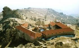 Гори манастирот Трескавец кај Прилеп