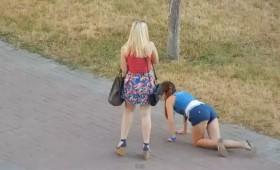 ВИДЕО: Пијана девојка се обидува да стигне до дома