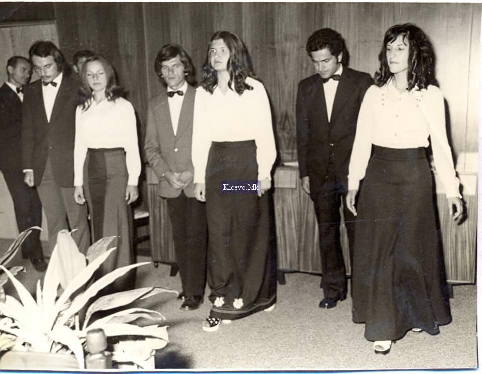"""Рецитаторската група """"Ускана"""" во 1973 година, на прослава 30 години од првата слободна територија. Од десно: Трајанка, Боге, Ирена, ......Соња и Мито."""