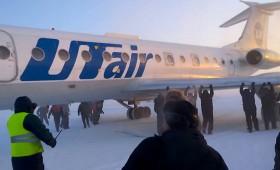 Само во Русија: Патници туркаат авион за да запали (видео)