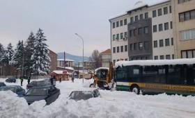 Заглавен автобус предизвика хаос во сообраќајот во Кичево (ФОТО)